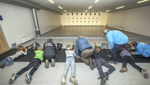 På standplass: Ane (t.v.), Magnus, Margrete, Ingvild og Helga får god hjelp fra veteraner i Sunndal skytterlag når de skal skyte med salongrifle.