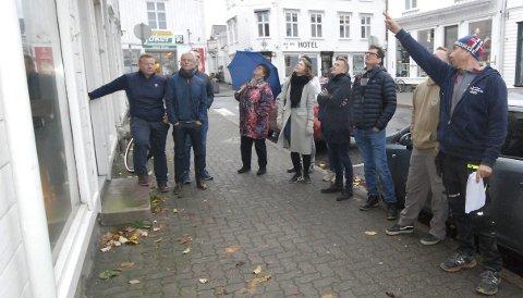 Befaring med begeistring: Medlemmer av formannskapet og teknisk utvalg orienteres om prosjektet av tømrermester Arvid Sollie. ALLE FOTO: Steinar Ryvind
