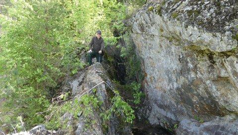 GRUVE FRA 1700-TALLET: Den ligger gjengrodd, men flere ganger de siste årene har geologer vært på Norges første grafittgruve for å forske på mineralet. Her er prosjektleder Håvard Gautneb tidligere i år.