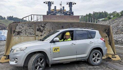 1.stålkontroll: Marianne Aslaksen er på hils med de fleste i gule jakker langs den nye veien. 2.  Hans Frasjø har vært på å grave opp og flytte flere tonn med masse langs veien. 3. To blide karer som jobber under en bru stiller villig opp til fotografering. 4. 2,2 mil med vei gir en kjøretid på 12 minutter mellom Tvedestrand og Arendal.