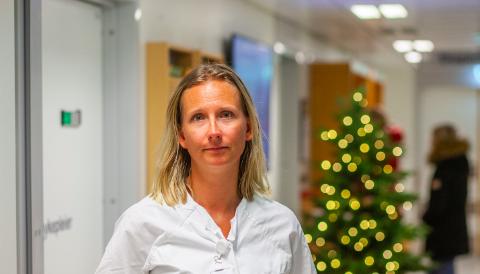 BRUK BRILLER: Øyelege og avdelingssjef Hanne Berg Gilbo ved Øyeavdelingen Sørlandet sykehus Arendal, oppfordrer alle som skal håndtere fyrverkeri, om å bruke vernebriller.
