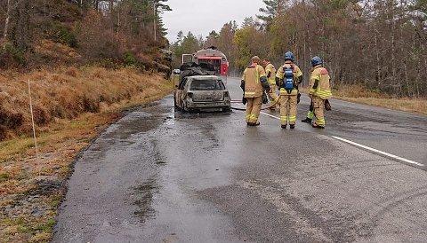 UTBRENT: Bilen tok fyr under kjøring og sjåføren fikk stoppa på parkeringsplassen rett ved hytta. Alt vel med fører, men bilen er helt utbrent. Foto: Petter Kvelland