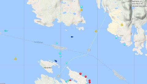 Normalt før ferja den kvite stiplete linja, men grunna gigantslepet må MF «Melderskin» legga om kursen. Den blå prikken over Håvarden viser ferja i 08.30-tida, fredag.