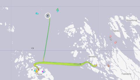 """Det lyseblå fartøyet til venstre er """"Viking Energy"""", sirkelen er MF """"Fedjebjørn"""". Til høgre for ferja er den lyseblå Nautilius Balder og den grønne er Nautilius Maxi."""