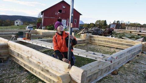 Trivsel: Jørgine Lillehaug koser seg med arbeidet med å bygge tømmerhus. Ofte har hun selskap av elg og rev mens hun jobber.–Når dagene er omme har jeg ikke lyst til å ta kveld. Dette er en fantastisk spennende reise, synes hun. Alle foto: Øyvind A. Olsen