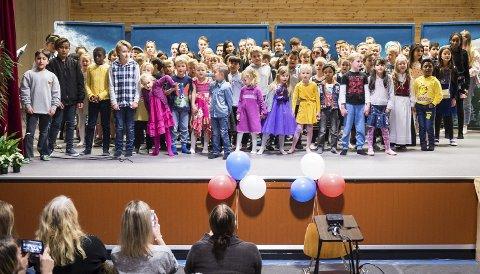 Fargerikt fellesskap: Glomfjord skole er ei flerkulturell skole, som for tiden har elever fra til sammen 15 nasjoner. Her synger barneskoleelevene «Vi-sangen» for medelever og gjester under festforestillingen torsdag ettermiddag.