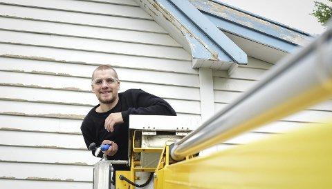 Malejobb: Mandag var Bjarne Alexander Bjørnvik i Meløy Vaktmestertjenester i gang med en større malerjobb. Alle bilder: Johan Votvik