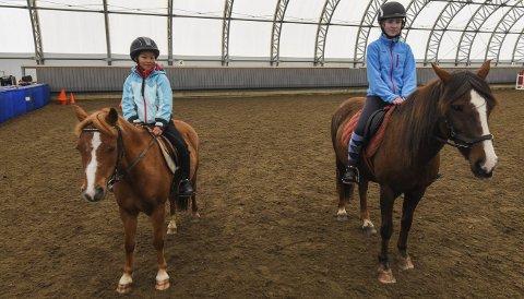 Lærerikt: Amelia Nilsen (t.v.) og Eline Eliassen rir i ridehallen på Stall Valle.Alle Foto: Fredrik Stenbro