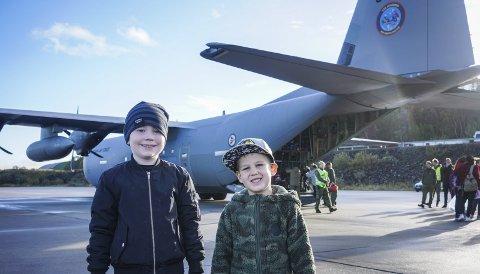 Gledet seg: Daniel Hammer (6) og Emil Johan Kosmo (5) hadde kledd seg i militærklær for anledningen og var klare til å fly til Paris med forsvaret.Alle Foto: Fredrik Stenbro