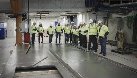 Statsbudsjettet: Olje- og energiminister Kjell-Børge Freiberg besøk Rapp Bomek og får se de enorme dørene til nasjonalmuseet. Alle foto: Tom Melby