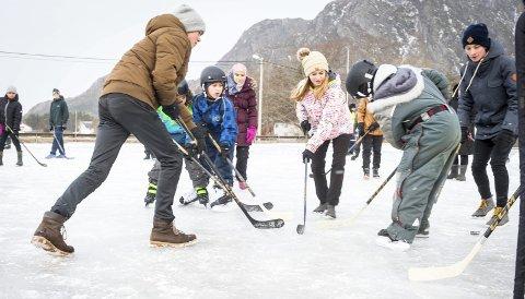 Intens aktivitet: Utstyrssentralen ved Meløy oppvekstsenter har skøyter til alle, men de største foretrakk å spille hockey uten denne dagen. Oppvekstsenteret har skjermet uteområde for barnehagen, men legger ofte opp til aktiviteter der alle er med, fra ettåringene til de største på ungdomsskoletrinnet.