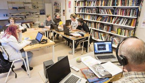 Stille i klassen: Det er lettere å få arbeidsro når klassen deltar i Skype-undervisning sammen med elever fra de andre ungdomsskolene i Rødøy, melder elevene. Elevene heter Marthe, Leon, Sebastian, Elias, Alfred og Alf-Martin. Rødøyprosjektet II gjennomføres i samarbeid med Nord Universitet i Bodø.