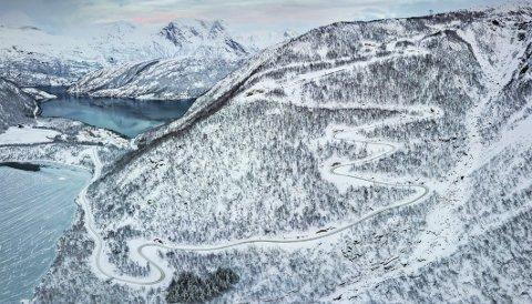 Veibygging: Sju kilometer vei fra sjøen og opp på fjellet til Sørfjord vindkraftverk er ferdig. På fjellet skal det bygges ytterligere 14 kilometer vei til de 23 vindmøllene. Mange regionale firmaer har fått oppdrag i forbindelse med utbyggingen. Foto: Nordkraft AS