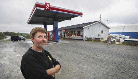 Eier Alf Harry Pettersen er fornøyd med den nyerenoverte kafeen på Nordfjord mat og bensin.