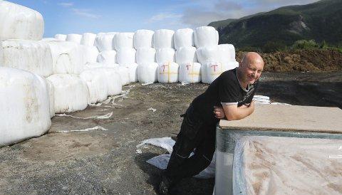 Bøndene sørpå er rammet av fôrkrise. Bonde Karl Olav Karlsen på Myklebostad i Bodø forteller at det ikke er krise for bøndene på Nordsia, men at det er ikke et jubelår.