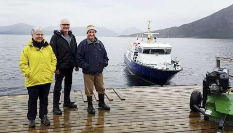 Hele bygda: Evy Åsen, Odd Svein Hjertø og Håkon Johansen er de tre eneste fastboende i Brattfjord i Steigen. De ønsker å bli boende der også i framtiden og er villig til å ta sin del av kostnadene for at dette skal være mulig. Alle Foto: Privat