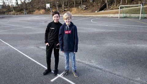 Odd Alexander Ubøe (12) og Teo Havre Haldorsen (12) er ikke fornøyd med uteområdet utenfor Haukedalen skole. – Vi spiller fotball på asfalten, men har veldig lyst på en ballbinge slik som mange andre skoler har, sier Haldorsen. ALLE FOTO: ANDERS KJØLEN.