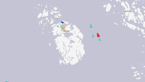 Her blir «Ionian Star» (i rødt) eskortert av slepefartøyene «Vivax» og «Silex» mot Sløvåg. Supplyskipet «Far Sigma» kjører i front.
