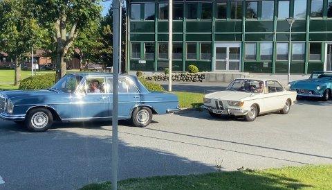 VETERANKORTESJE: Flere biler møtte opp til kjøretur ut til Tungenes. Turen startet ved kommunehuset.
