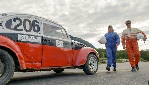 KLAR FOR FART: Mariann Øen (t.v.) og Ola Einar Hovrud gjør seg klar for bilcross i dagens episode av Jakten på kjærligheten.