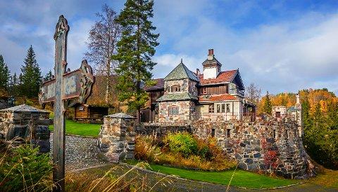 NASTADBORGEN: Stedet er nå eid av Harald og Margit Dynges stiftelse, og skal brukes til selskaper, konferanser og kulturarrangementer. Bildet er fra 2015, og et tårn er bygd på siden den gang.