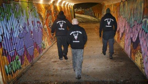 DRAMMEN NATT TIL SØNDAG: Slik så det ut da Odins soldater vandret i Drammen sist helg. I tillegg varsler både Sons of Odin og Allaahs soldater sin ankomst. Verken politikere eller politi ønsker dem velkommen. FOTO: HEIKO JUNGE/NTB SCANPIX