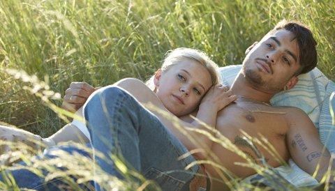 KONDOMKAMPANJE: Skuespilleren Josefine Pettersen og den svenske thaibokseren Sanny Dahlbeck er blant kjendisene som opptrer lettkledd i videoen.