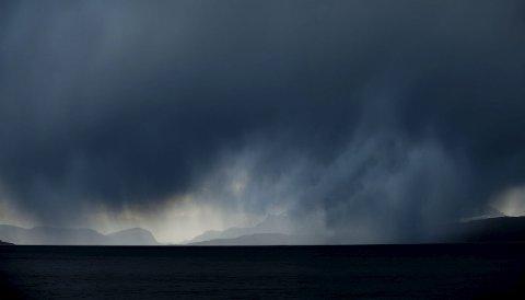 REGNTUNGT: Det er venta 300 millimeter regn den komande veka. Bilete er tatt frå Ortneset utover Sognefjorden.