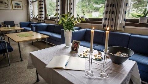 Torsdag ble det lagt ut kondulanseprotokoll ved Frederik II videregående skole hvor den avdøde Thomas Mathisen jobbet.