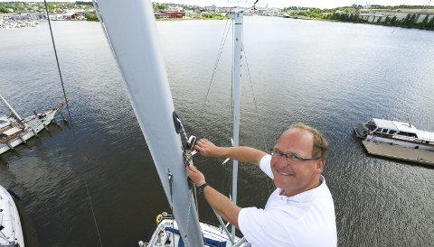I riggen: For få år siden investerte seilmaker Are Filip Eklund i en lift for å kunne yte mobilt riggservice i båthavnene i distriktet. Her sjekkes innfestingen av et forstag ved Slevikkilen Båtbyggeri.