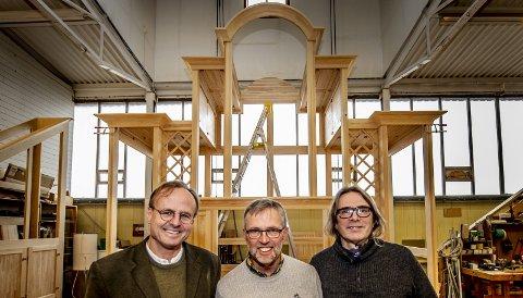 Entusiaster: – Jeg vil sørge for at vi fortsatt har orgelbyggeri i Norge. Det er viktig for musikken, kirkene og norsk kunsthåndverk, sier Håkon Wium Lie (til venstre) som har kjøpt Ryde & Berg orgelbyggeri. Jan Ryde (i midten) startet firmaet, men er nå kunstnerisk leder. Til høyre er daglig leder Jon-Willy Rydningen. Bak dem er et påbegynt orgelhus.