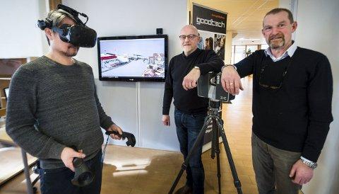 På Trosvikstranda: Thomas Ellingsen har på seg VR brillene og beveger seg gjennom Trosvik-strandas gater. I midten er avdelingsleder Trond Engebretsen og regiondirektør Tom Grip.