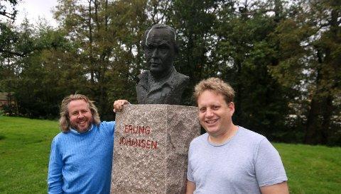 Hedrer arkeologen: Det er duket for åtte forestillinger om arkeologen Erling Johansen på Isegran. Alexander Hermansen (til venstre) spiller hovedrollen, mens Jørgen Søderberg Jansen er produsent.