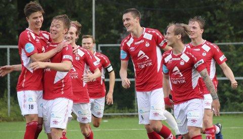 FEIRER: Mjølner har utliknet til 2–2 mot Asker. Knut Jørgen Evensen får gratulasjoner. Foto: Monia Buyle