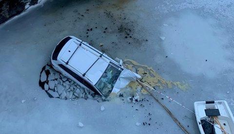 ISKALDT: Midt i elva, på en stein, sto bilen til ekteparet Hansen lørdag ettermiddag. Etter 45 minutter ble de reddet.