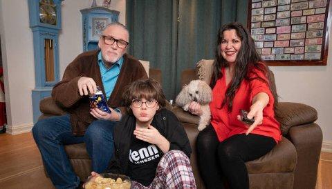 """GLEDER SEG: Jenny Jenssen og familien skal delta på """"Sofa"""" på TV2 i vår. Hele familien er med, og de gleder seg. Fra  venstre: Tor Søreng, Tilje (14), hunden Pippa og Jenny Jenssen."""
