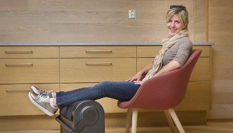 Fornøyd: Synne Stolpe forteller at Z-Roller kan brukes til både oppvarming og restitusjon. Hun mener massasjemaskinen kan være både supplement og erstatning til idrettsmassasje.Foto: Jens Haugen