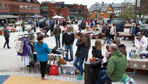 POPULÆRT: Det nye torget i Kongsvinger fyltes lørdag formiddag opp med kremmere som ville selge alt mellom himmel og jord.