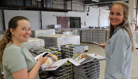 Logistikk: Marielle Rønningen og Kaja Bråten har kontroll på logistikken i lageret på Kvisle Næringspark. Lærebøker og kokebøker på bokmål og nynorsk hvor de med en MatPrat-app kan lese av den virtuelle forklaringen som hjelper elevene til å forstå innholdet og tilberede de 150 oppskriftene.                 foto: Britt-Ellen Negård