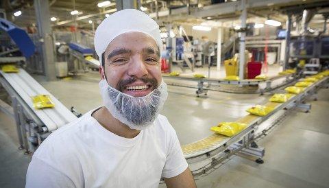 FORNØYD: Abed Alkhare Abo Salem er ansatt hos Adecco og er for tiden vikar på Maarud og går fire-skift ved pelletslinja på snacksfabrikken på Disenå.