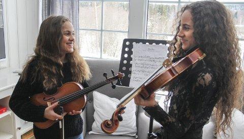 TIL SEMIFINALE: Amalie og Sara Lorch-Falck, 12 og 14 år gamle, har spilt fele nesten siden de kunne gå. Fredag så du søstrene bli sendt rett til semifinalen i Norske talenter.