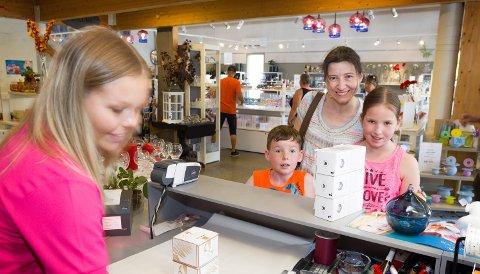 Lagveis fra: Mamma, Annika Kogel sammen med barna Andrea og Vincent kommer fra Hamburg, og har sommer      hytte i Skillingmark. Her får de hjelp av Dorthe Hauger Nilsson i fabrikkutsalget på Magnor Glassverk.