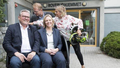 STATSRÅDSBESØK: Eldre- og folkehelseminister Sylvi Listhaug (Frp) og Johan Aas, fylkesleder i Innlandet Frp, prøvesitter sykkel-vogna beboerne kan få seg en tur i ved Roverudhjemmet. Bak hjelper stortingsrepresentant Tor André Johnsen (Frp) og enhetsleder Sissel Sæterskar til.FOTO: PER HÅKON PETTERSEN