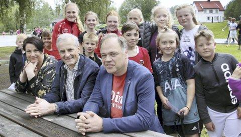 POPULÆRE: Arbeiderpartiets leder Jonas Gahr Støre var en populær mann blant elevene ved Sander skole, sammen med Ap-leder i Sør-Odal, Jane Merete Brøther og ordfører Knut Hvithammer.BILDER: SIGMUND FOSSEN