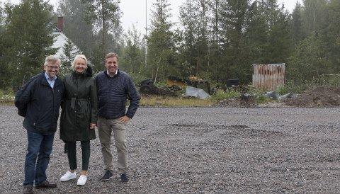 RØYEOPPDRETT: I skogholtet i bakgrunnen skal et stort landbasert avls- og oppdrettsanlegg for røye stå klart i løpet av 2021. Kongsvinger-ordfører Sjur Strand (Ap), Kjersti Wangen, daglig leder i Klosser Innovasjon og Frank Larsen, administrerende direktør i Klosser Innovasjon, har stor tro på at dette kan bli en vekstnæring i regionen. FOTO: PER HÅKON PETTERSEN