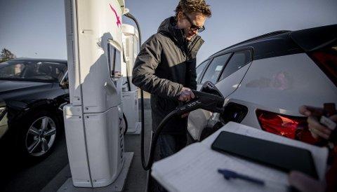 DUGELIG: Volvo XC40 Recharge P8 kan kjøre 22 mil etter 25 minutter på en hurtiglader på 350 kW. Men en annen elbil vant testen i begge kategorier.