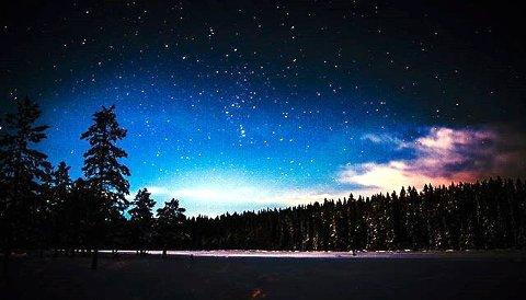 STJERNEHIMMEL: Stemningsfull sen kveldshimmel ved Røyslitjernet. Foto: Stein Erik Juvstad @steiniglasshus
