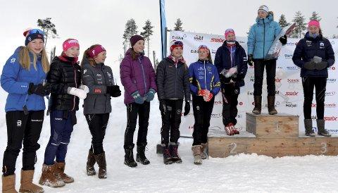 GODT HUMØR: Det var god stemning og godt humør da jentene i J14 omsider kom seg på plass rundt seierspallen. Alle foto: Kjell H. Vollan