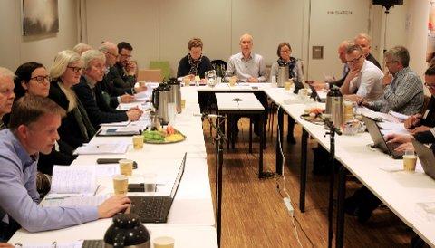 E6-MØTE: Torsdag møtte Lillehammer kommune opp hos Fylkesmannen i Oppland der E6-innsigelsene ble gjennomgått. Fylkesmann Sigurd Tremoen i midten, og delegasjonen fra Lillehammer kommune til høyre.