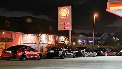 PAUSE PÅ BENSINSTASJONEN: Etter hva Hadeland erfarer kan dette være noen av bilene som var involvert i kappkjøringen på riksvei 4 på Gran fredag kveld. Foto: Innsendt